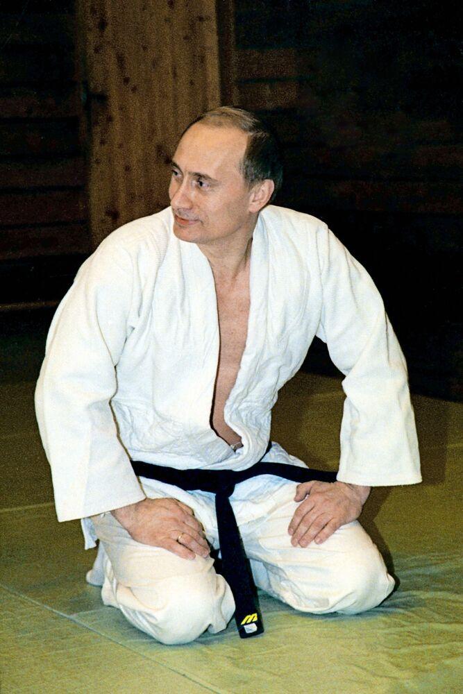 Il presidente russo Vladimir Putin in kimono durante l'allenamento di judo nella sua residenza fuori città, il 19 maggio 2002.