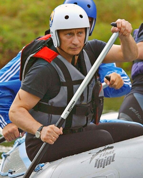 Il presidente russo Vladimir Putin percorre un fiume di montagna nel territorio di Altai, il 28 agosto 2003. - Sputnik Italia