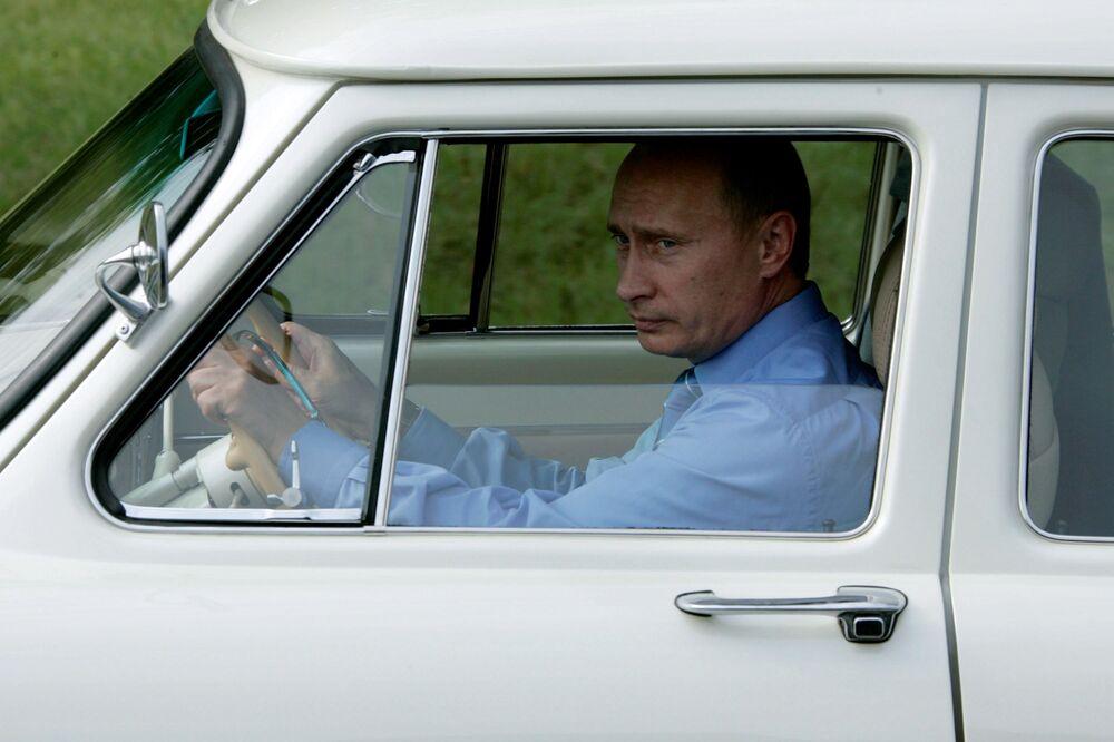 Il presidente russo Vladimir Putin al volante dell'auto GAZ-21 Volga, il 19 agosto 2005.