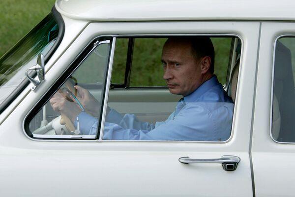 Il presidente russo Vladimir Putin al volante dell'auto GAZ-21 Volga, il 19 agosto 2005.  - Sputnik Italia