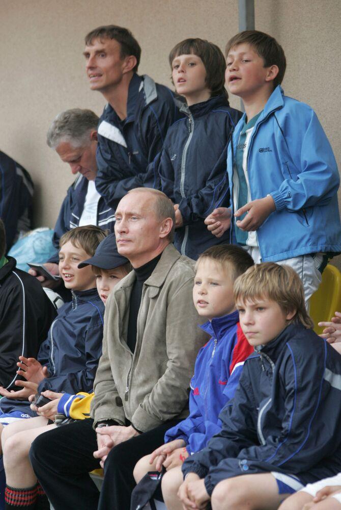 Putin assiste a una partita di calcio tra squadre giovanili a Sochi, il 19 maggio 2006.