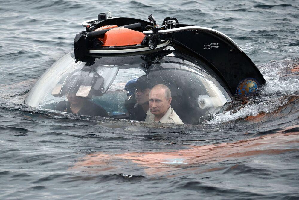 Il presidente russo Vladimir Putin va sott'acqua in batiscafo per raggiungere una nave affondata nella regione di Sebastopoli, Crimea, il 18 agosto 2015.