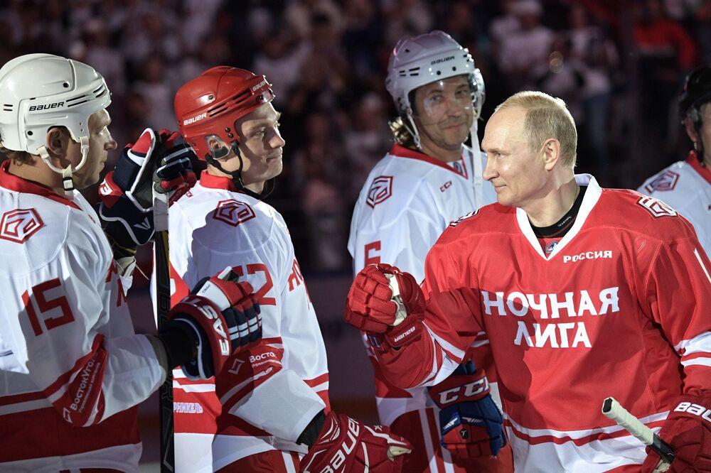 Il 10 maggio 2018 Putin ha giocato una partita di hockey a Sochi.