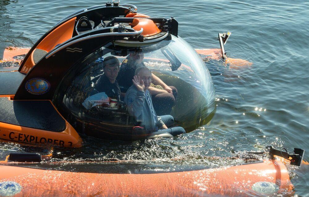 Il presidente russo Vladimir Putin visto prima dell'immersione in batiscafo sullo sfondo del Golfo di Finlandia per vedere il sottomarino Semga affondato durante la Seconda Guerra Mondiale.