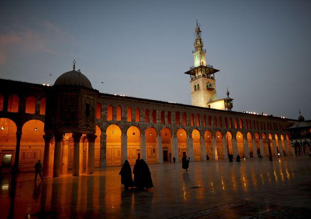 Donne mussulmane camminano nel cortile della Moschea Umayyad di Damasco, Siria, mercoledì 2 ottobre 2018