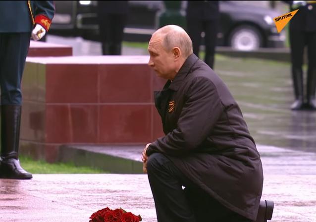 Il presidente russo Vladimir Putin fa il discorso per il Giorno della Vittoria