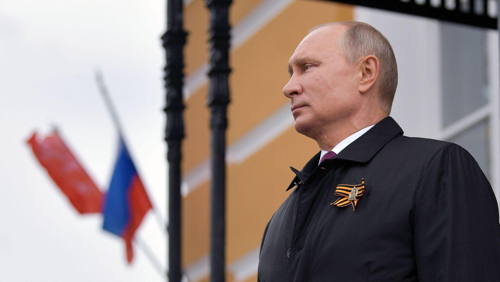 Il presidente russo Putin prima della parte aerea della parata militare per il 75esimo anniversario della Vittoria della Grande guerra patriottica  - Sputnik Italia, 1920, 08.05.2021