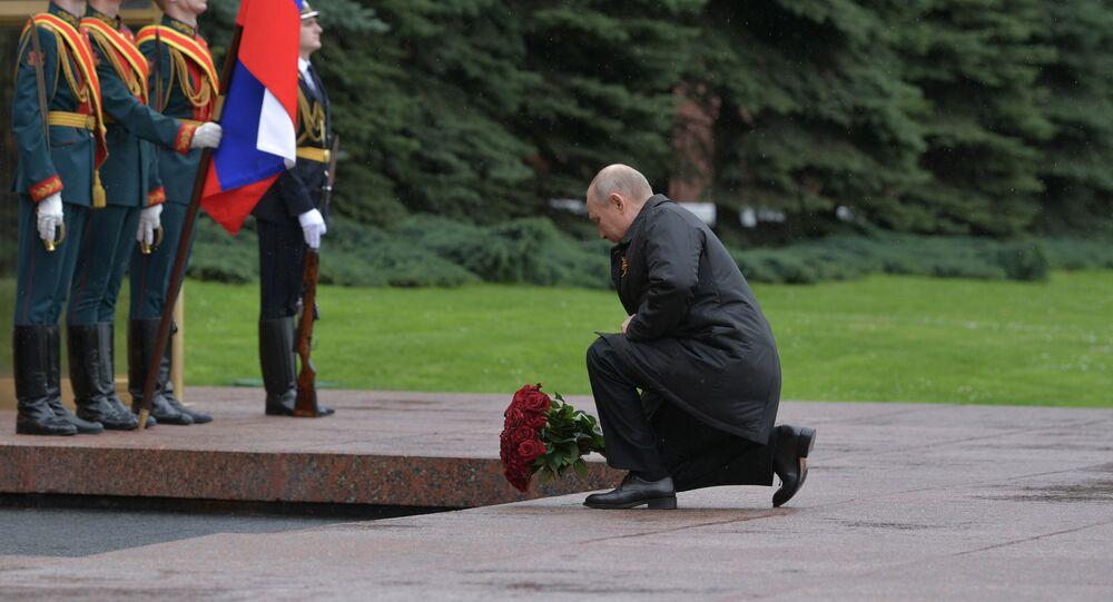 Il presidente russo Putin depone dei fiori alla tomba del Milite Ignoto