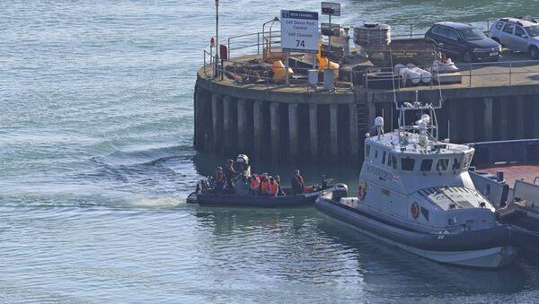 Migranti su una barca nel porto di Dover - Sputnik Italia