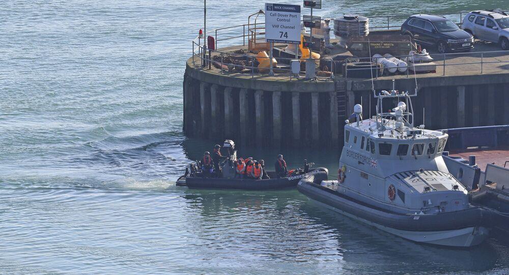 Migranti su una barca nel porto di Dover