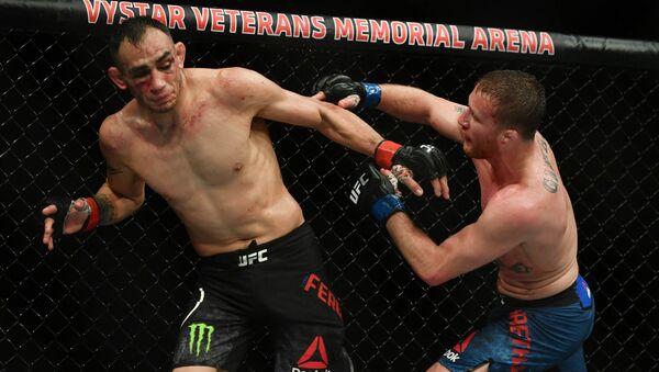 Tony Ferguson (guanti rossi) combatte Justin Gaethje (guanti blu) durante l'UFC 249 alla VyStar Veterans Memorial Arena di Jacksonville, in Florida - Sputnik Italia