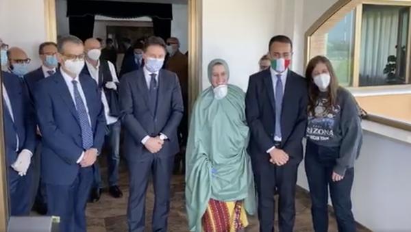 Silvia Romano è atterrata all'aeroporto di Ciampino, dove l'hanno incontrata Giuseppe Conte e Luigi Di Maio - Sputnik Italia