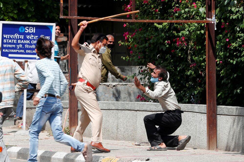 Un uomo che, secondo la polizia, ha infranto la regola del distanziamento sociale, a Nuova Delhi, India , il 4 maggio 2020