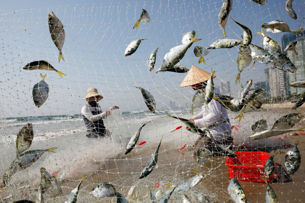 Pescatori sulla spiaggia a Da Nang, Vietnam, il 6 maggio 2020