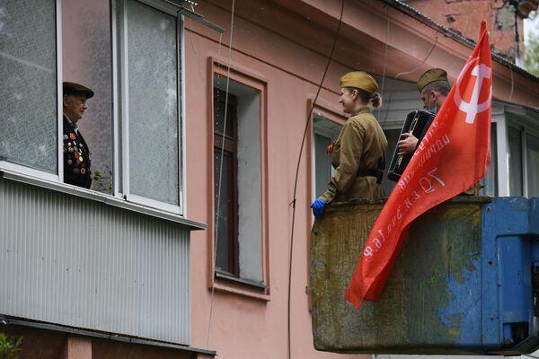 Auguri a veterano della Grande Guerra Patriottica a Novosibirsk, Russia, il 9 maggio 2020 - Sputnik Italia