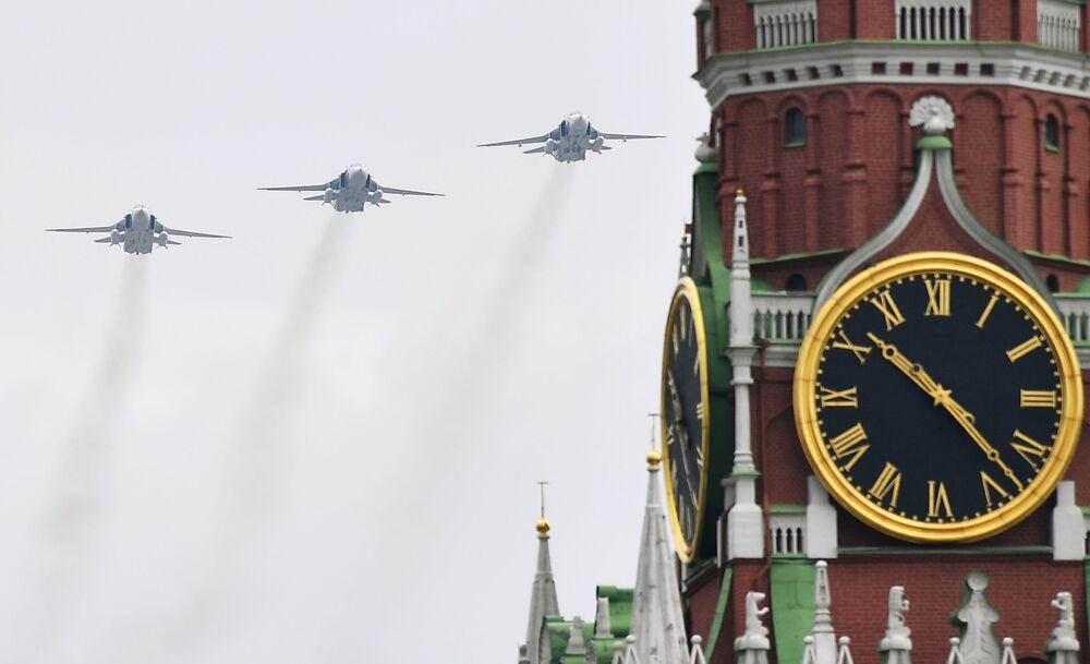 Caccia Su-30SM, Su-35S e bombardieri Su-34 in formazione alla Parata della Vittoria 2020 a Mosca