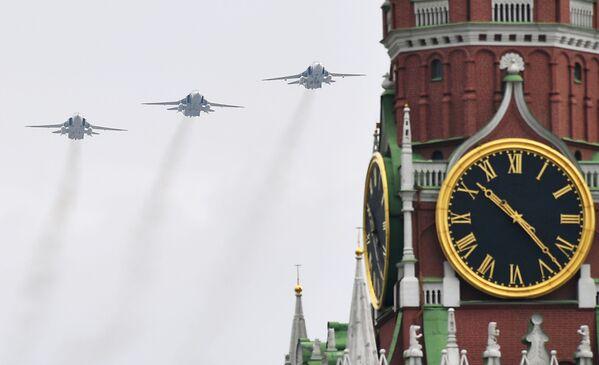 Caccia Su-30SM, Su-35S e bombardieri Su-34 in formazione alla Parata della Vittoria 2020 a Mosca - Sputnik Italia