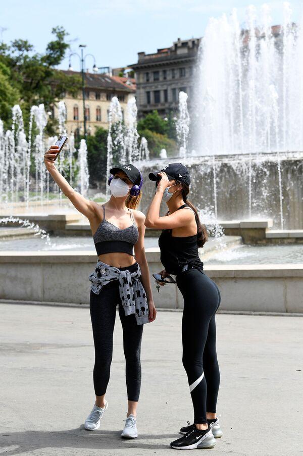 Due ragazze che indossano mascherine protettive fanno un selfie a Milano, Italia, il 4 maggio 2020 - Sputnik Italia