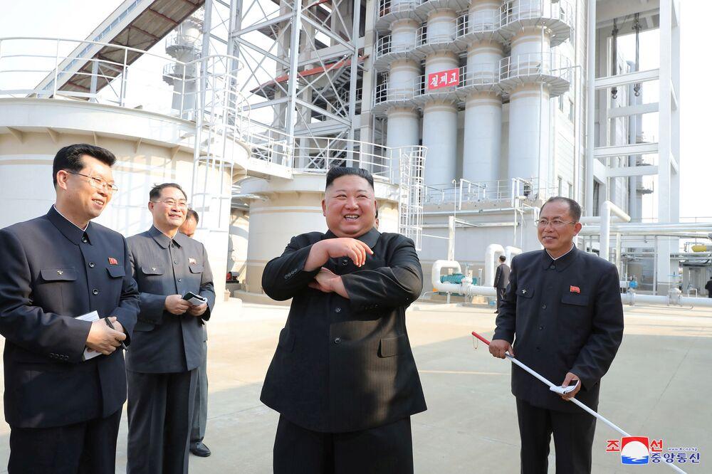 Il leader nordcoreano Kim Jong Un alla cerimonia di inaugurazione di un impianto per la produzione dei fertilizzanti, in una regione a nord della capitale, Pyongyang, il 2 maggio 2020