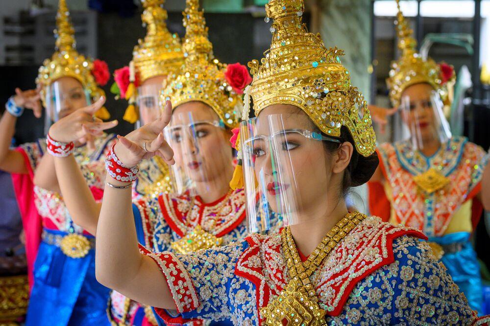 Ballerine con mascherine protettive durante un'esibizione in Thailandia, il 4 maggio 2020
