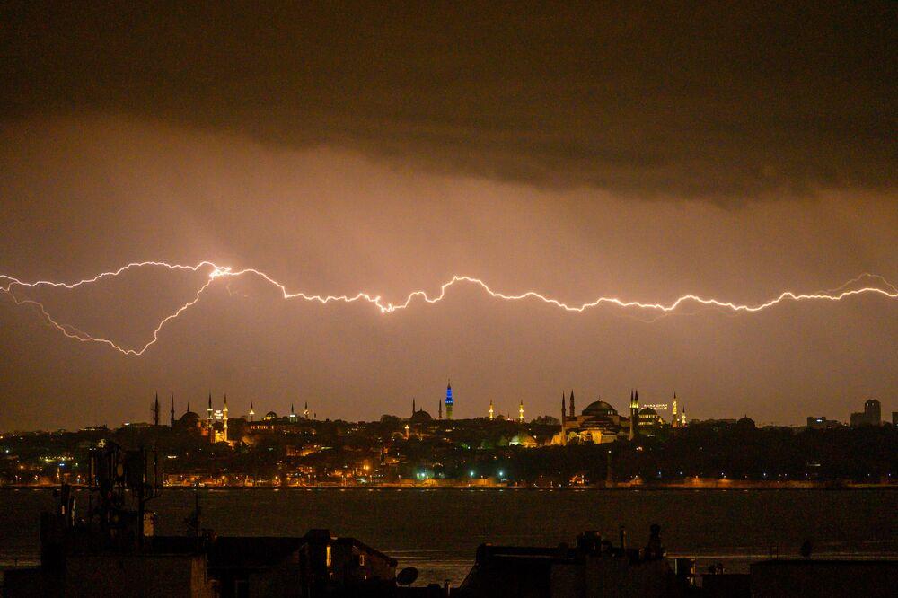 Un fulmine colpisce il Bosforo, Istanbul, Turchia, il 2 maggio 2020