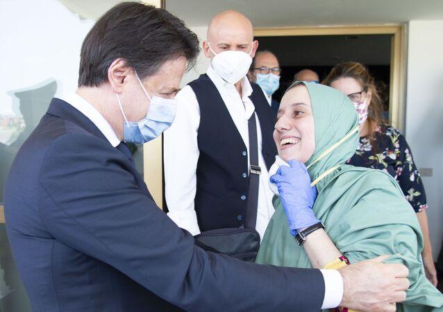 Silvia Romano all'aeroporto di Ciampino con Giuseppe Conte