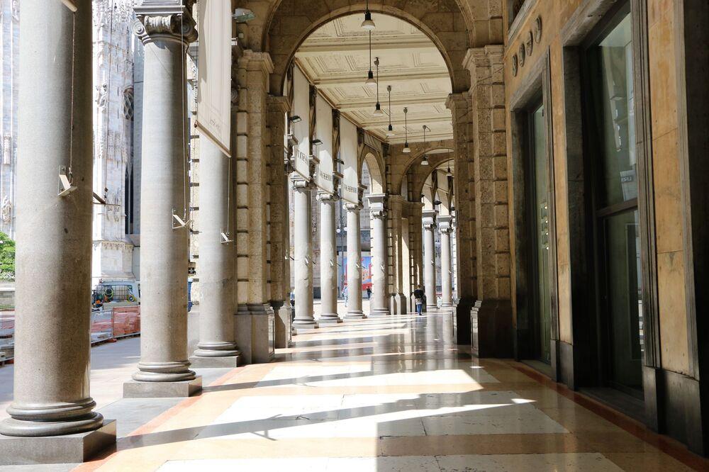 La città di Milano vuota dopo l'inizio della Fase 2
