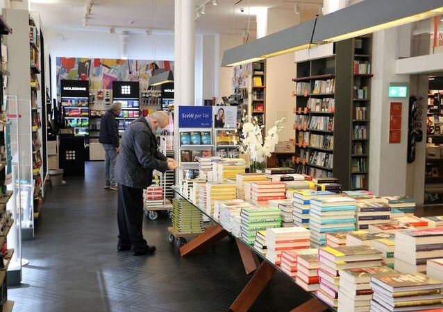 Le persone in libreria a Milano dopo l'inizio della Fase 2
