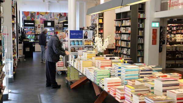 Le persone in libreria a Milano dopo l'inizio della Fase 2 - Sputnik Italia
