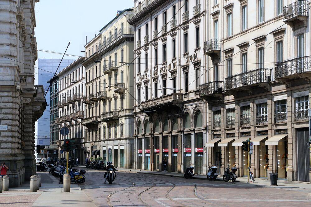 Le strade vuote di Milano dopo l'inizio della Fase 2