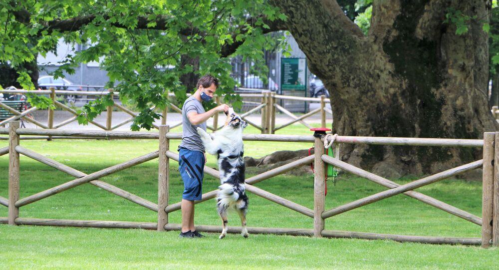 Un ragazzo con cane a Milano dopo l'inizio della Fase 2