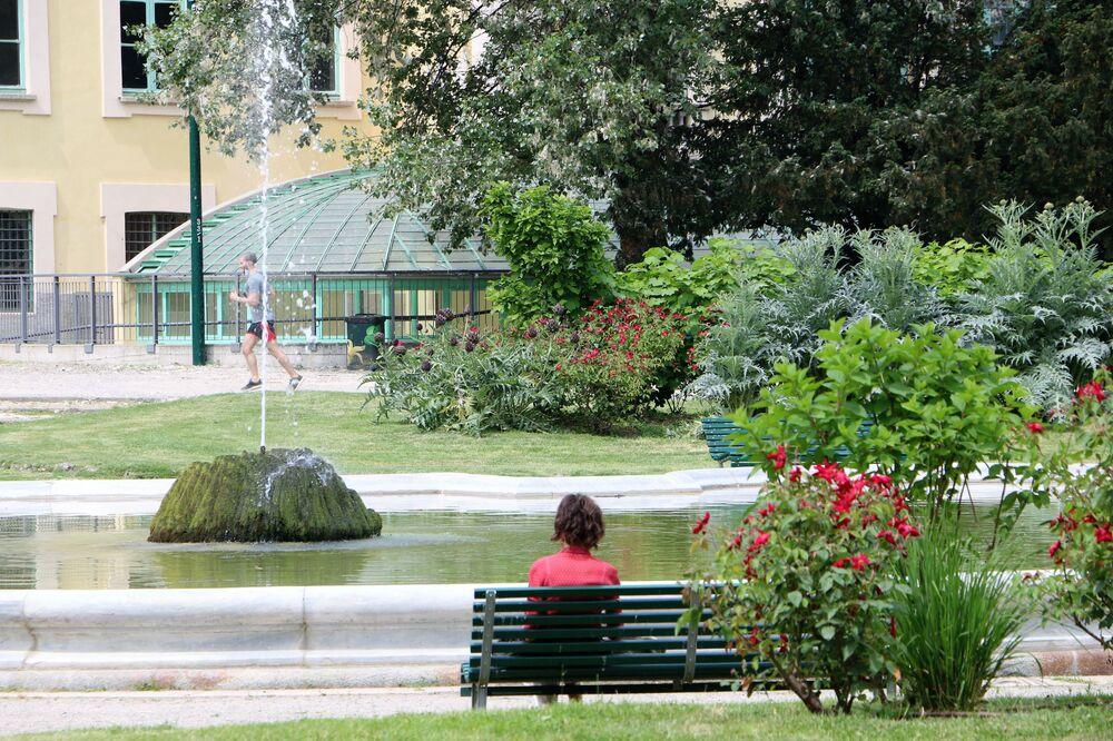 Le persone al parco di Milano dopo l'inizio della Fase 2