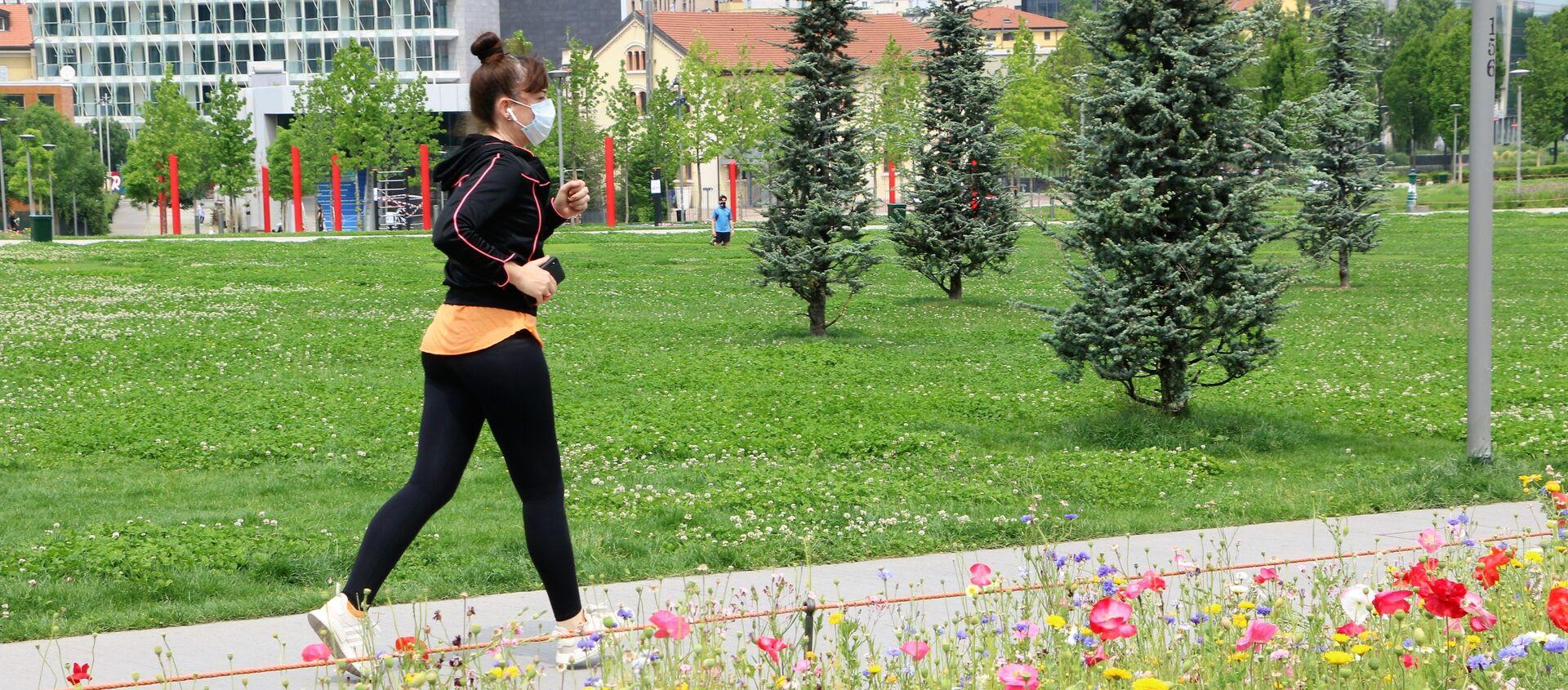 Una ragazza fa jogging in un parco di Milano dopo l'inizio della Fase 2 - Sputnik Italia, 1920, 07.06.2020