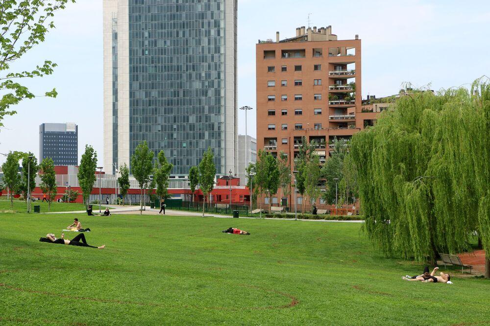 La gente si gode la primavera in un parco di Milano dopo l'inizio della Fase 2