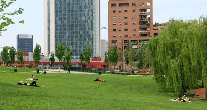 La gente si gode la primavera in un parco di Milano