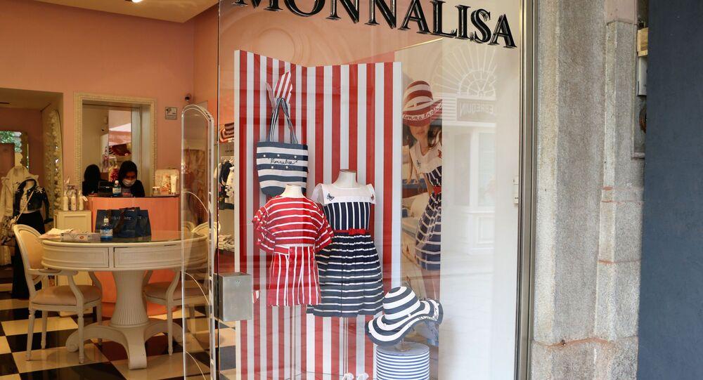 Un negozio a Milano dopo l'inizio della Fase 2