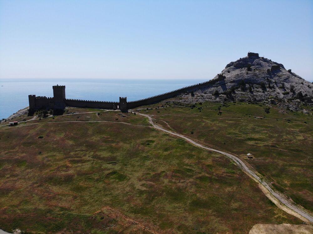 La fortezza genovese consiste di due livelli di fortificazioni, uno situato sulla parte superiore, e l'altro più in basso.
