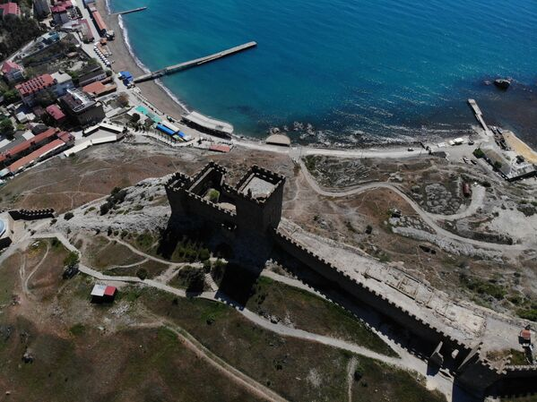La combinazione di una posizione favorevole e delle fortificazioni rendono la fortezza quasi inespugnabile: da ovest, un forte muro difende la fortezza; da sud e da est, il paesaggio roccioso naturale; e da nord e ad est, un profondo fossato - Sputnik Italia