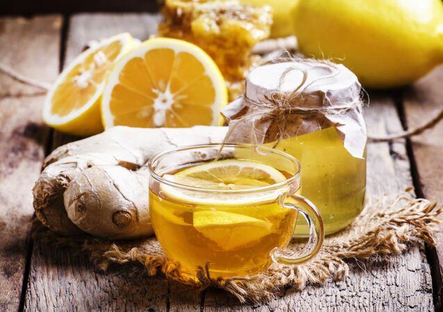 Tè con miele e limone