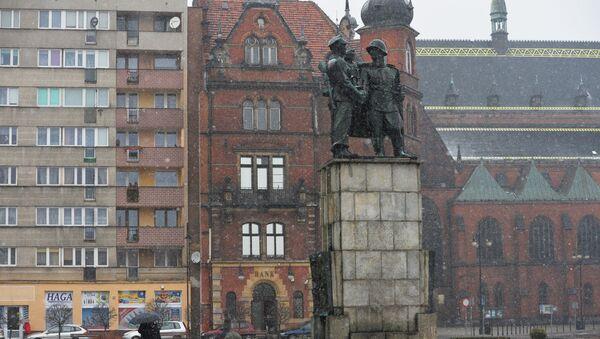 Памятник советско-польскому братству по оружию в центре города Легница - Sputnik Italia