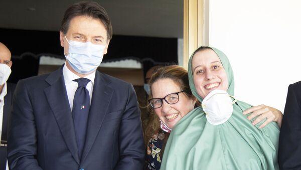 Il Presidente del Consiglio, Giuseppe Conte, ha accolto all'aeroporto militare di Ciampino Silvia Romano - Sputnik Italia