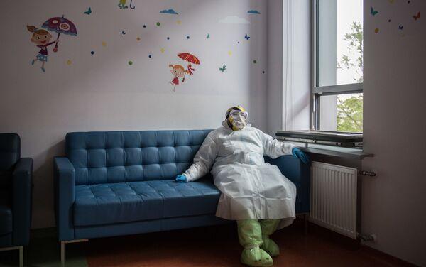 Un'infermiera durante una pausa nel Centro di Ricerca nazionale russo di Endocrinologia a Mosca - Sputnik Italia
