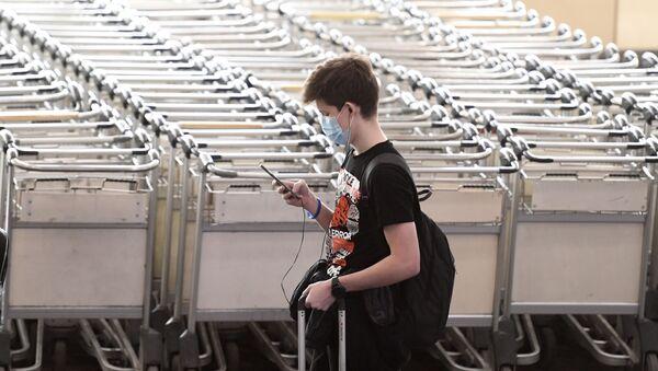 Un passeggero all'aeroporto di Sheremyetevo a Mosca, prima dell'imbarco per un volo di rimpatrio - Sputnik Italia