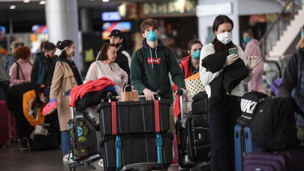 Mosca, aeroporto di Sheremyetevo: la fila al check-in di un volo straordinario per New York - Sputnik Italia