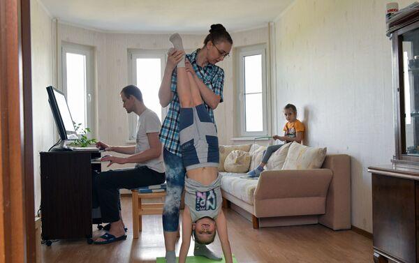 Una famiglia durante l'autoisolamento a Mosca - Sputnik Italia
