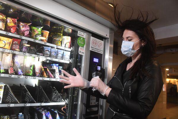 Mosca, vendita di mascherine e guanti monouso nelle stazioni metro - Sputnik Italia