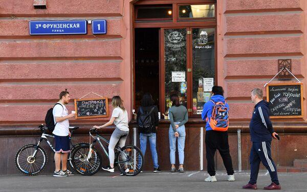 Mosca, passanti in coda per un caffè d'asporto - Sputnik Italia