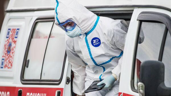 Un'infermiera esce da un'ambulanza - Sputnik Italia
