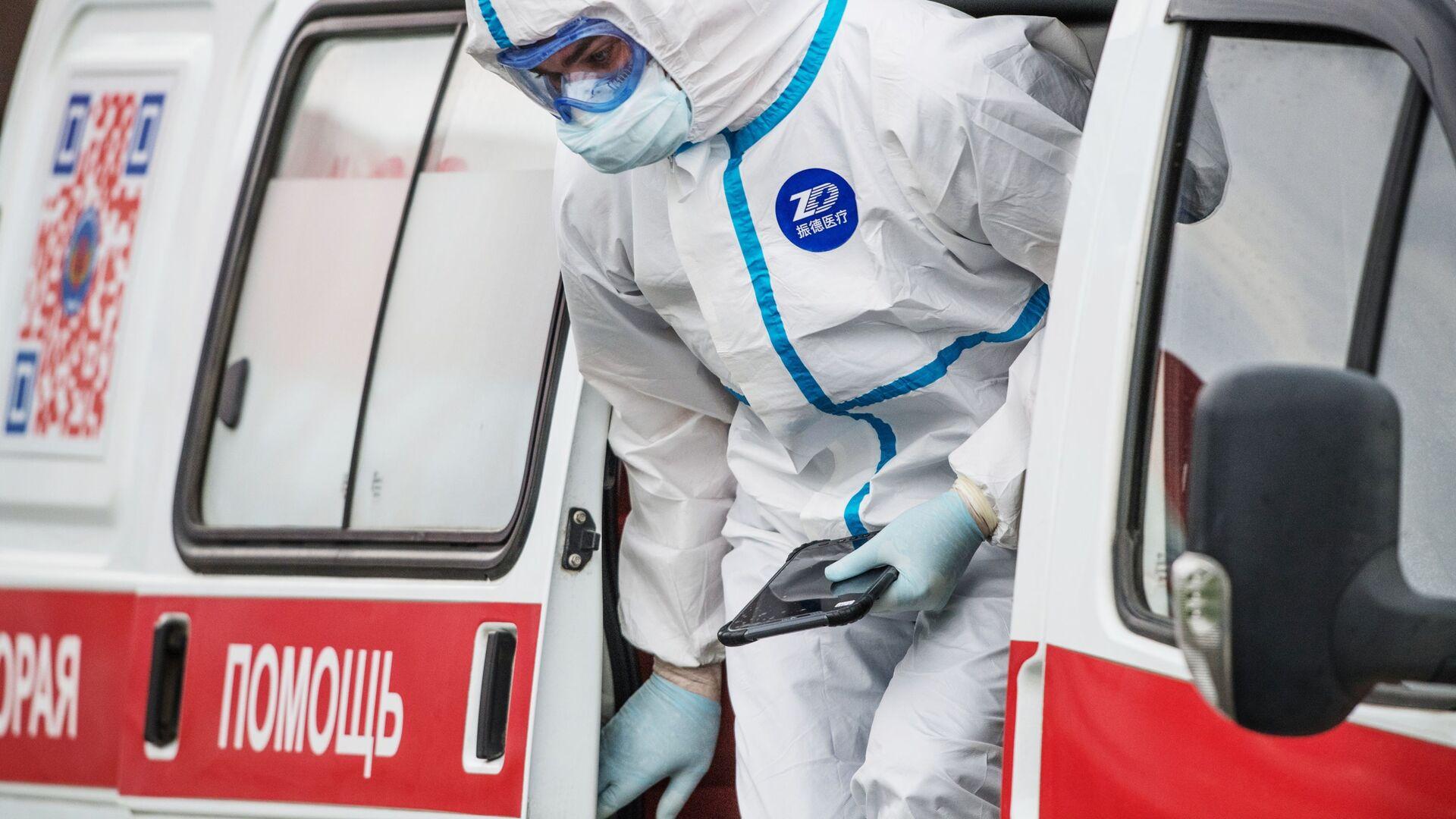 Un'infermiera esce da un'ambulanza - Sputnik Italia, 1920, 09.08.2021