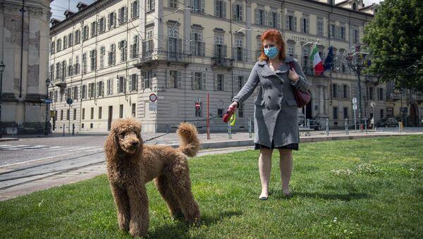 Una donna in mascherina porta a spasso il cane nel centro di Torino - Sputnik Italia